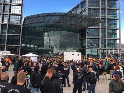 """Teilnehmer der Demonstration von """"Wir für Deutschland"""""""