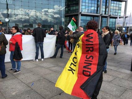 """Teilnehmer der von """"Wir für Deutschland"""" angemeldeten Demonstration."""