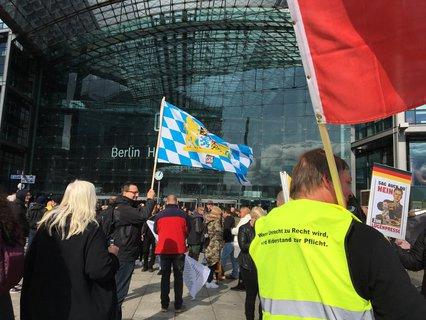 """Die Teilnehmer von """"Wir für Deutschland"""" versammeln sich am Washingtonplatz."""