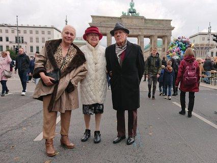 Laura Karstedt (links) und ihre Eltern vor dem Brandenburger Tor.