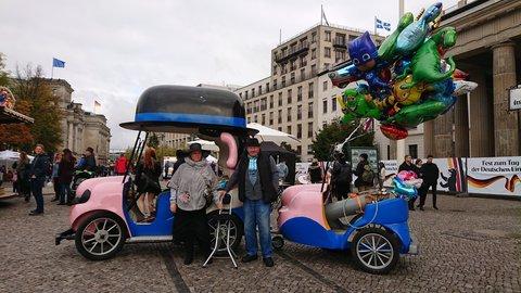 Für Siegfried Schaffeld (rechts) ist der Luftballonverkauf ein Nebenverdienst.