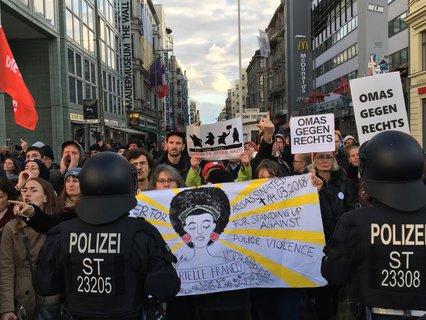 Bild: Gegendemonstranten am Checkpoint Charlie