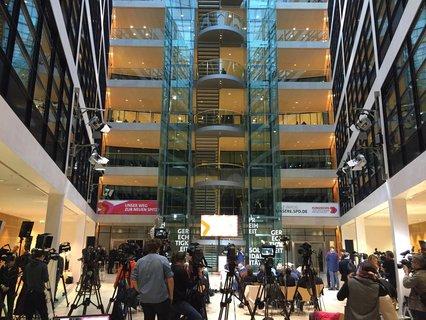 Medienvertreter warten im Willy-Brandt-Haus auf das Abstimmungsergebnis. Um kurz nach 18 Uhr soll es bekanntgegeben werden.