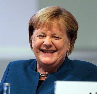 Angela Merkel lacht während der Rede von Markus Söder.