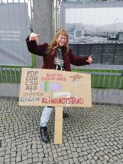 Isi ist Studentin an der FU. Sie will darauf aufmerksam machen, dass die FDP, CDU/CSU und AfD gegen den ausgerufenen Klimanotstand im EU-Parlament gestimmt haben. Diese werden jetzt mit dem