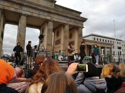 Musikalische Begleitung: Während die Demonstration noch durch die Stadt zieht, spielen die YouTuber