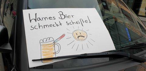 Schild an einem Auto vor der Mall of Berlin am Leipziger Platz