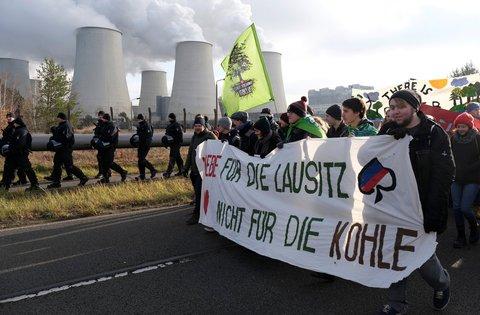 """Demo am Kraftwerk Jänschwalde: """"Liebe für die Lausitz, nicht für die Kohle"""""""