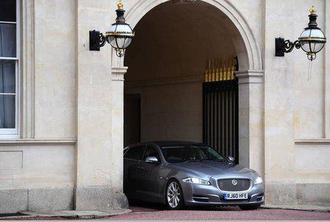 Johnson kommt im Buckhingham Palace an. Dort hat er die Queen getroffen.
