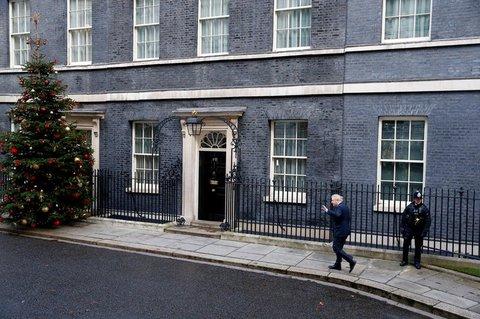 Johnson kommt nach seinem Besuch bei der Queen wieder in der Downing Street an. Er hat die Queen formal um die Erlaubnis zur Bildung einer Regierung gebeten.