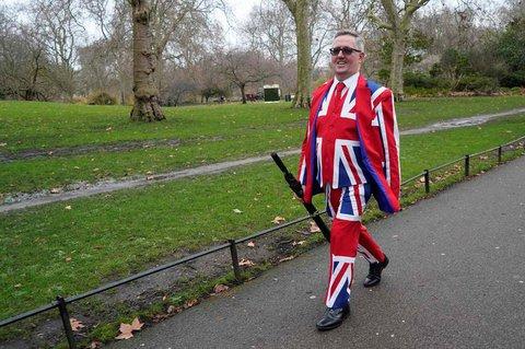 Ein Patriot zeigt Flagge: Ein Mann in einem Union-Jack-Anzug läuft am Freitag durch London.
