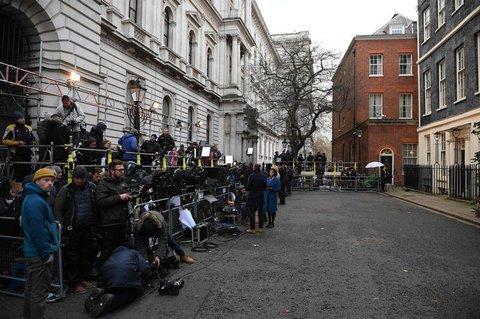 Journalisten warten auf Boris Johnson, der hier gleich eine Rede halten soll.