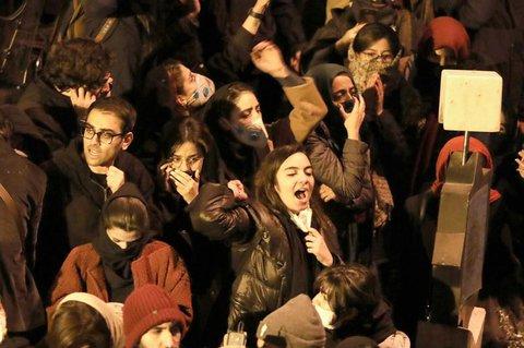 Studenten protestieren in Teheran. Die Polizei löste ähnliche Versammlungen in der Stadt auf.