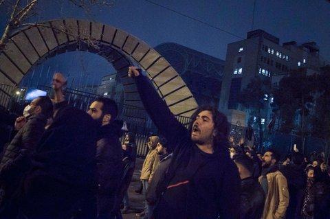 Iranische Studenten demonstrieren nach einer Trauerfeier des Flugzeugabsturzes  vor der Amirkabir Universität in der Innenstadt.