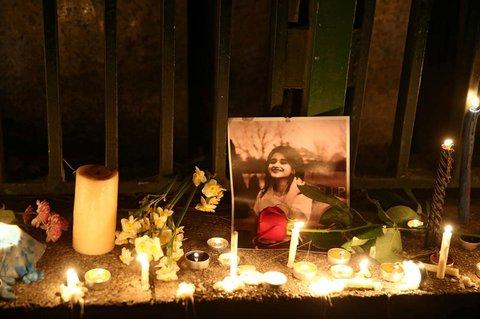 Iraner stellen Kerzen für eines der Opfer des Unglücksfluges PS752 auf.