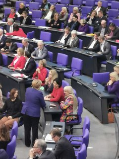 Angela Merkel ist gekommen, sie spricht mit Annalena Baerbock