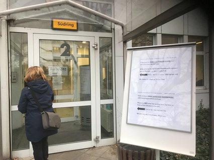 Hinweis am Tropenmedizin-Institut der Charité (Campus Wirchow in Berlin-Wedding)