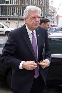 Volker Bouffier vor dem Konrad-Adenauer-Haus in  Berlin nach der Wahl des Ministerpräsidenten in Thüringen.