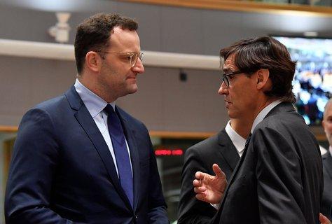 Jens Spahn (links) und der spanische Gesundheitsminister.