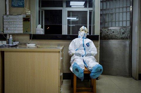 Ein Mitarbeiter einer Klinik in China macht eine Pause.