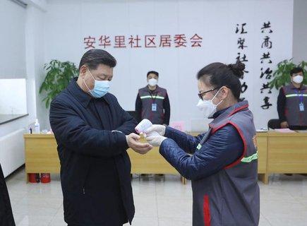 Xi Jinping (links) lässt sich die Hände desinfizieren.