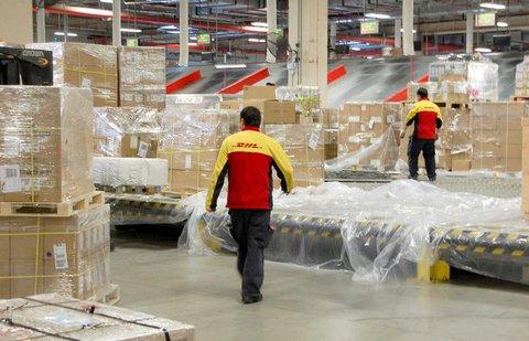 Mitarbeiter verladen Pakete im DHL-Drehkreuz in Shanghai.