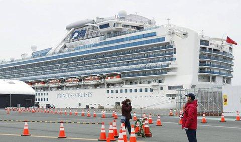 Das Kreuzfahrtschiff liegt im Hafen von Yokohama in Japan.