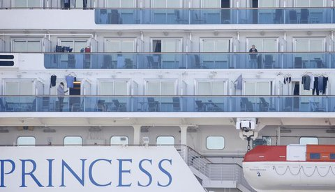 "Passagiere auf den Balkonen der ""DiamondPrincess""."