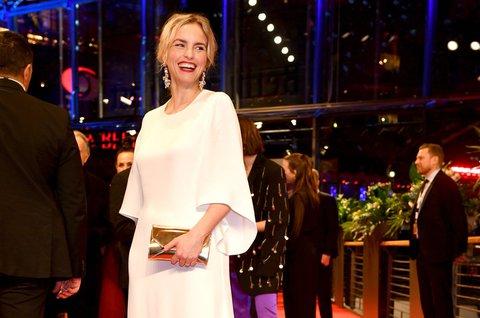 Nina Hoss in einem Kleid von Kaviar Gauche in der typischen Farbe der Braut.