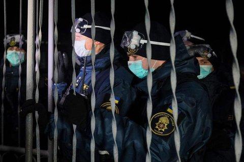 Sicherheitskräfte bewachen den Eingang der Klinik.