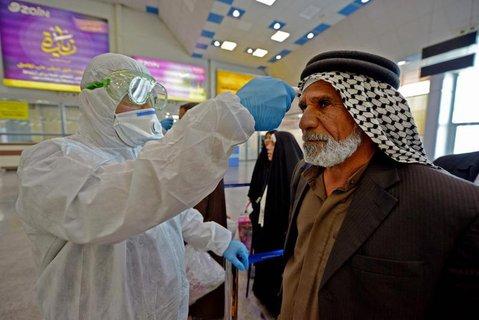 Im Irak wird die Köpertemperatur eines Rückkehrers aus dem Iran gemessen.