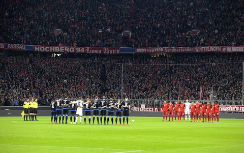 Schweigeminute beim Bundesligaspiel zwischen Bayern und Paderborn.