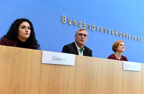 Hamburgs Spitzenkandidaten Cansu Özdemir und Linken-Vorsitzende Bernd Riexinger und Katja Kipping sprechen bei einer Pressekonferenz am Tag nach der Wahl in Hamburg.