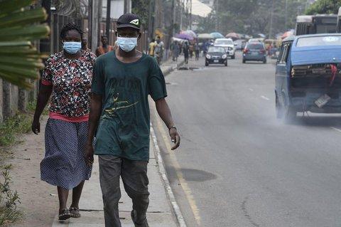 Menschen in Lagos tragen Atemschutzmasken.