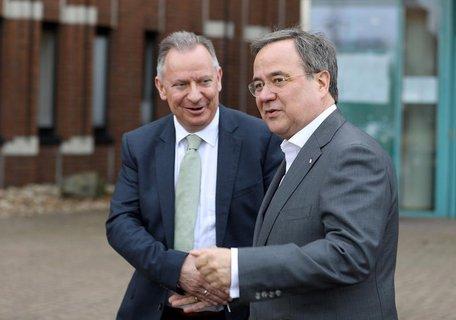 Armin Laschet (r, CDU), NRW-Ministerpräsident, am Freitag zu Gast bei Stephan  Pusch, Landrat des Kreises Heinsberg.