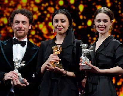 So sehen Sieger aus. Elio Germano, Baran Rasoulof und Paula Beer mit ihren Bären.