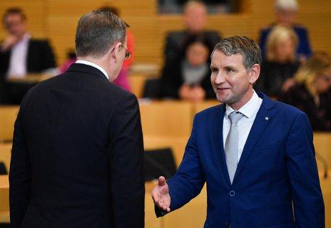Der neu gewählte Ministerpräsident Bodo Ramelow(l.), verweigert dem AfD-Fraktionsvorsitzenden Björn Höcke den Handschlag.