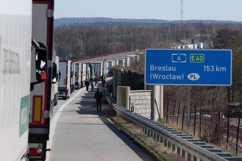 ZahlreicheLKWs stehen auf der Autobahn 4 an der polnischeGrenzeimStau.Polenhatwegen der Coronavirus-Krise in der Nacht zur Sonntag seine Grenzen zuDeutschland und anderen EU-Nachbarländern für Ausländergeschlossen.