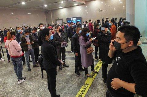 Menschen stehen am Bahnhof von Yichang Schlange
