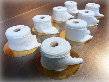 Nicht das, was man denkt: Innen bestehen die Klopapier-Torten aus Biscuitteig und Schokocreme