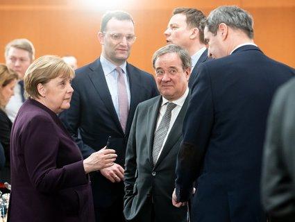 Soziale Distanz: Auf den Kontakt zu ihren Kabinettskolleginnen und -kollegen muss Angela Merkel erst einmal verzichten.