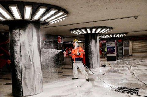 Ein Arbeiter desinfiziert eine U-Bahn-Station in Budapest