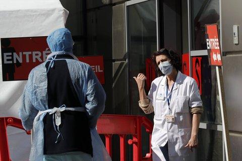 Kaum noch Betten für Intensivpatienten: Pariser Kliniken sind auf Unterstützung angewiesen.