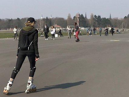 Alles was rollt. Die meisten Besucher auf dem Tempelhofer Feld betätigen sich sportlich.