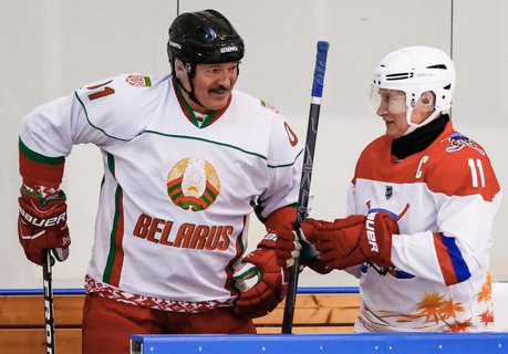 Kalt wie eine Hundeschnauze: Alexander Lukaschenko (links) weiß Russlands Präsident Wladimir Putin bei sich.