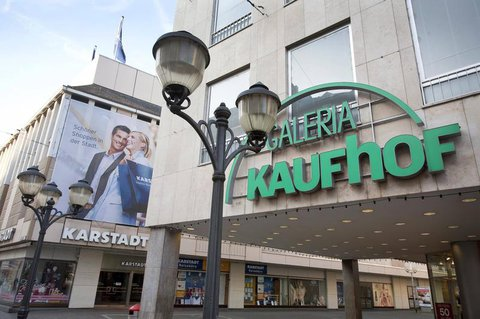 Karstadt und Kaufhof nebeneinander in Trier