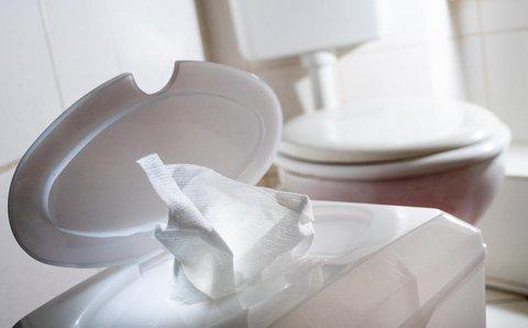 Feuchtes Toilettenpapier gehört in den Restmüll.
