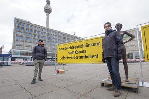 Die Zwei-Mann-Demonstration auf dem Berliner Alexanderplatz. Eine Aktion des Künstlers Rainer Opolka.