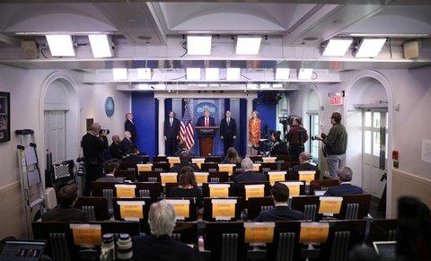 Abstandhalten bei der Pressekonferenz von Trump