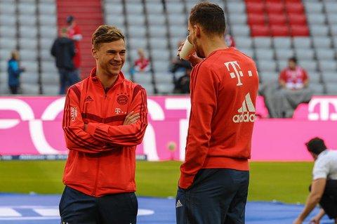 Die Bayern-Spiler Joshua Kimmich undLeon Goretzka im Gespräch